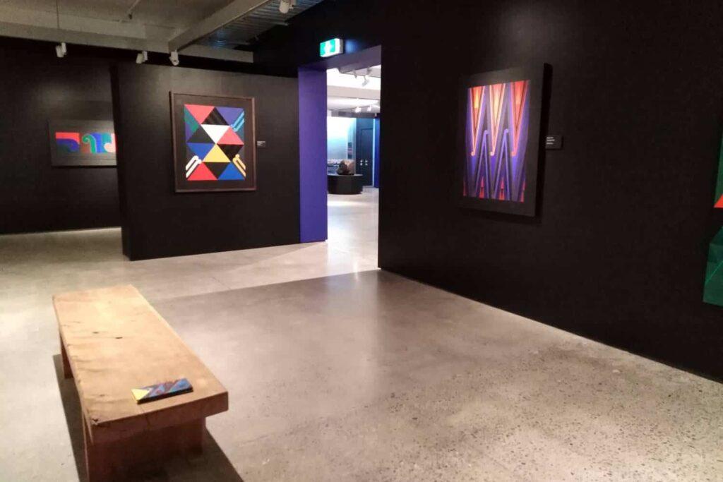 take children to visit an art gallery