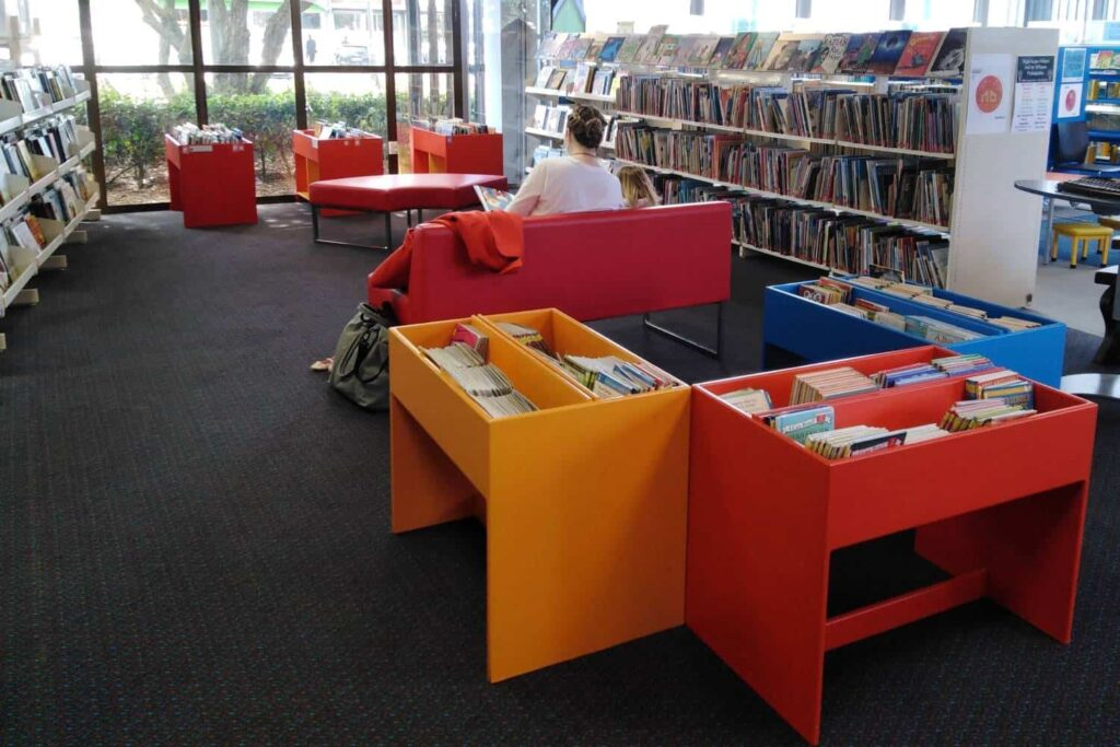 take children to visit the library
