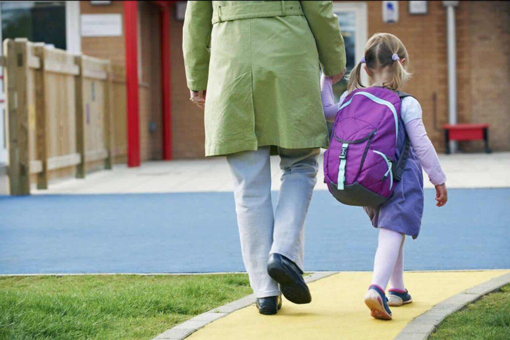parent drop off child at preschool or kindy